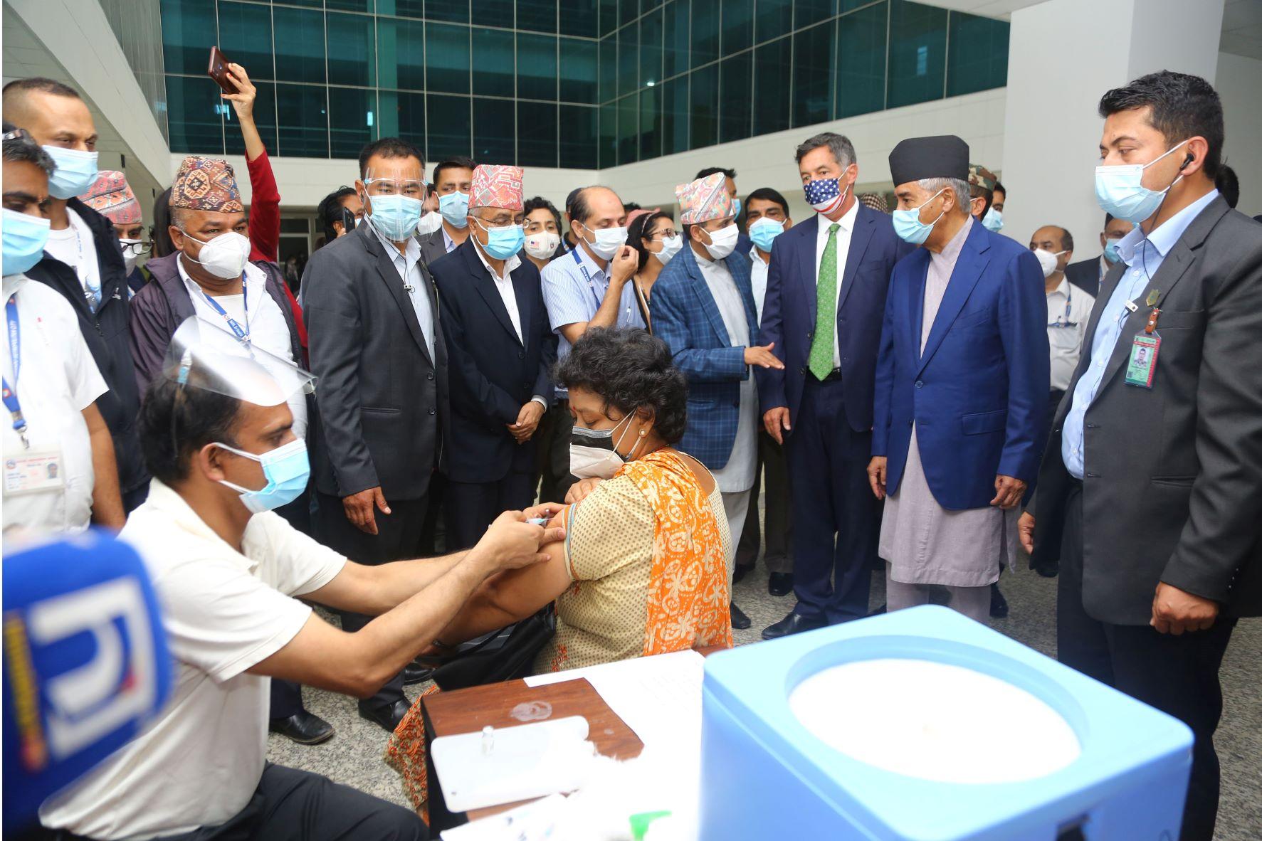 प्रधानमन्त्री शेरबहादुर देउवा बीर अस्पतालस्थित खेप केन्द्रको निरीक्षण गर्दै । आजै देखि नेपालमा अमेरिकाले उपलव्ध गराएको खोप जोन्सन एण्ड जोन्सन लगाउन थालिएको छ । रासस