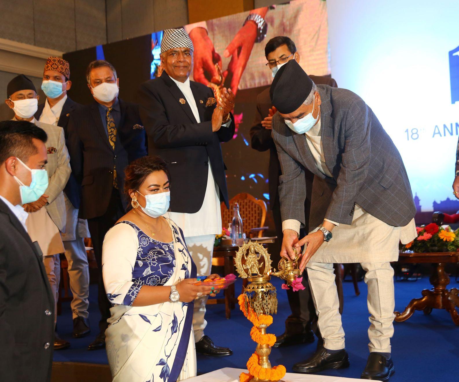 प्रधानमन्त्री शेरबहादुर देउवा नेपाल उद्योग परिसङ्घको १८ औँ वार्षिक साधारणसभाको बुधबार राजधानीमा उद्घाटन गर्दै । रोशन सापकोटा/रासस