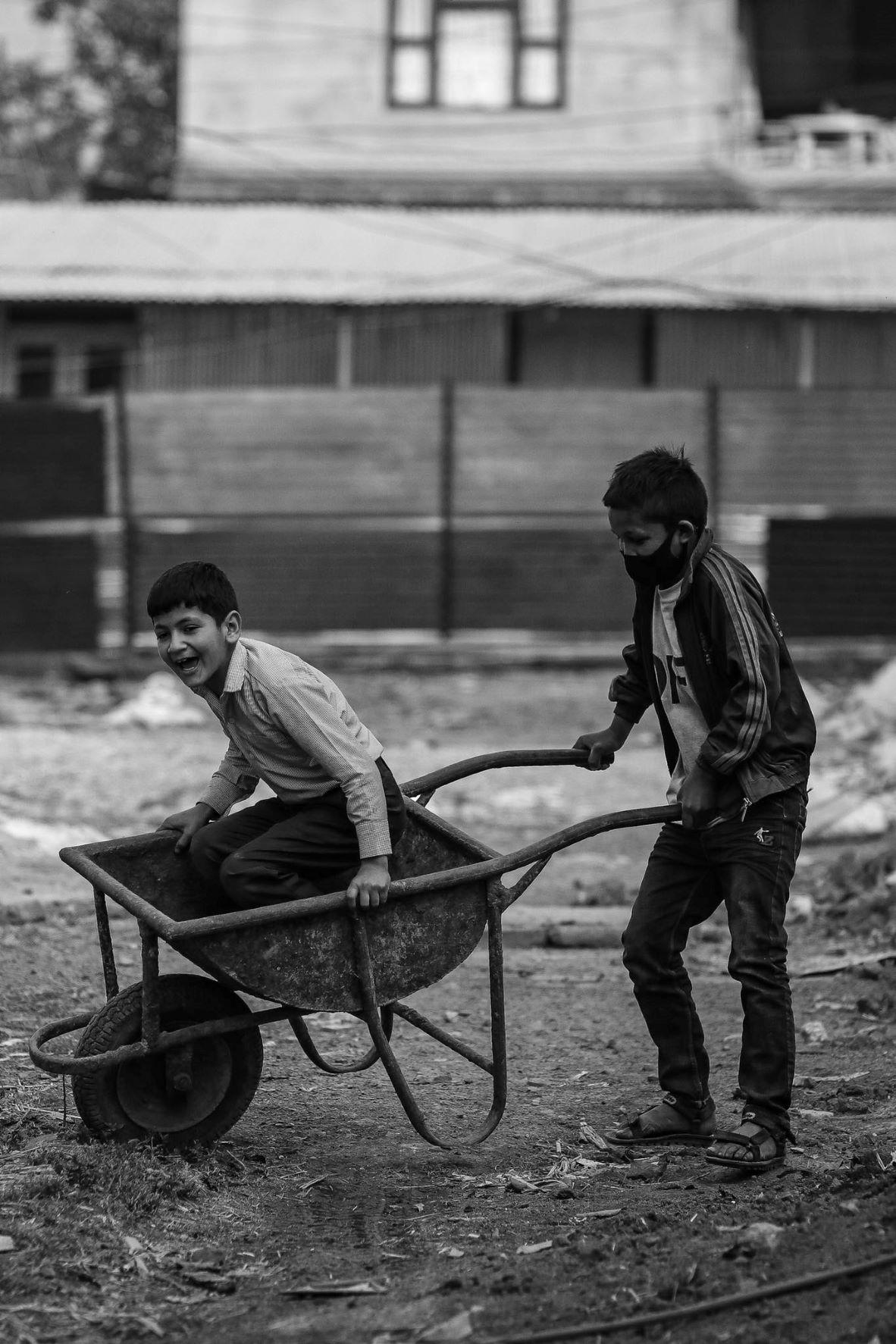 विद्यालय बन्द भएपछि ललितपुरको एक गाउँमा खेल्दै स्कुले बालबालिका । कोरोना महामारीका कारण विद्यालयमा भौतिक कक्षा सञ्चालन हुन सकेका छैनन् । विजय भुलुन/शब्दपाटी