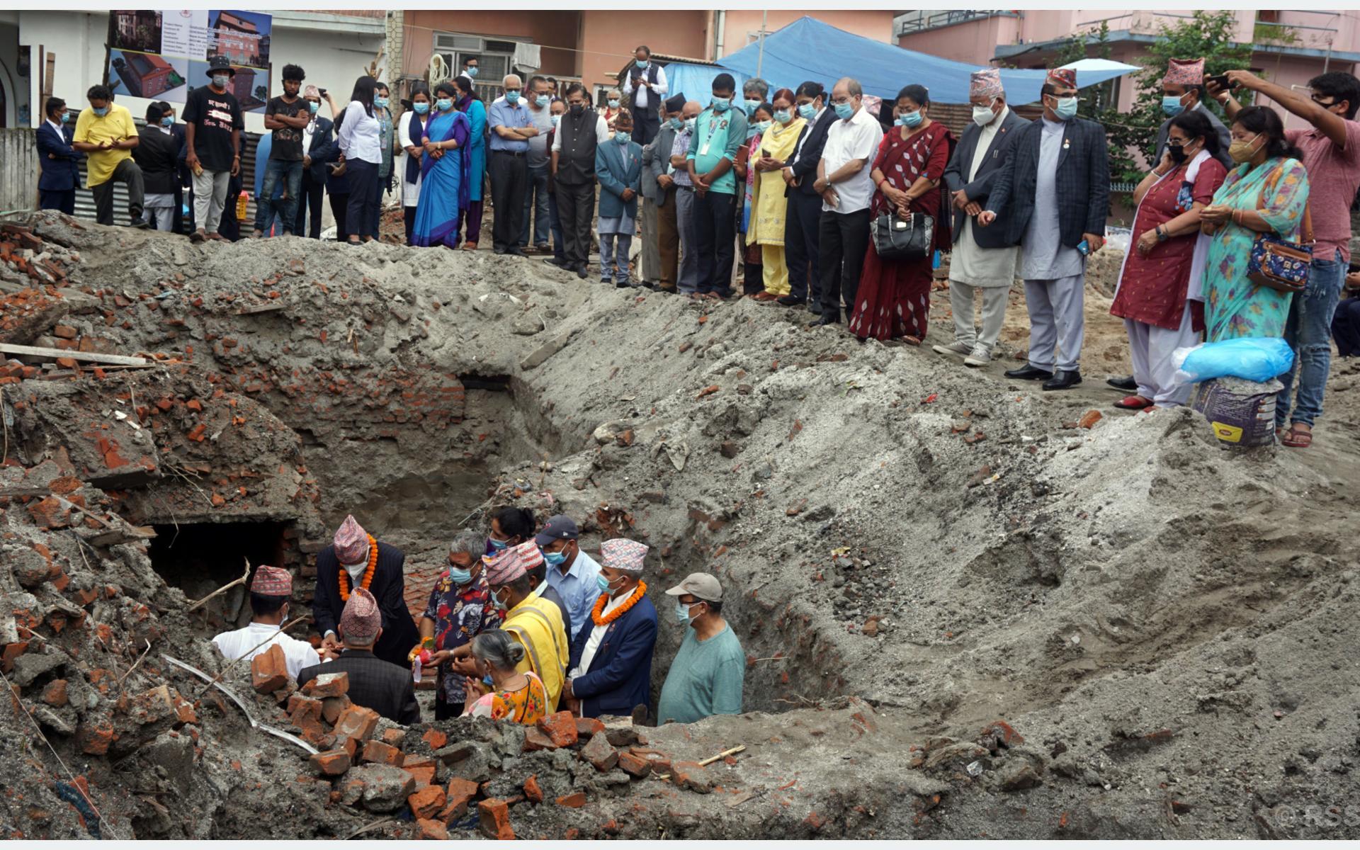 मैतीदेवीमा 'महाकवि लक्ष्मीप्रसाद देवकोटा सङ्ग्रहालय' को शिलान्यास गर्दै नेपाल प्रज्ञा प्रतिष्ठानका कुलपति गङ्गाप्रसाद उप्रेतीलगायत देवकोटाका परिवार । नारायण ढुङ्गाना/रासस