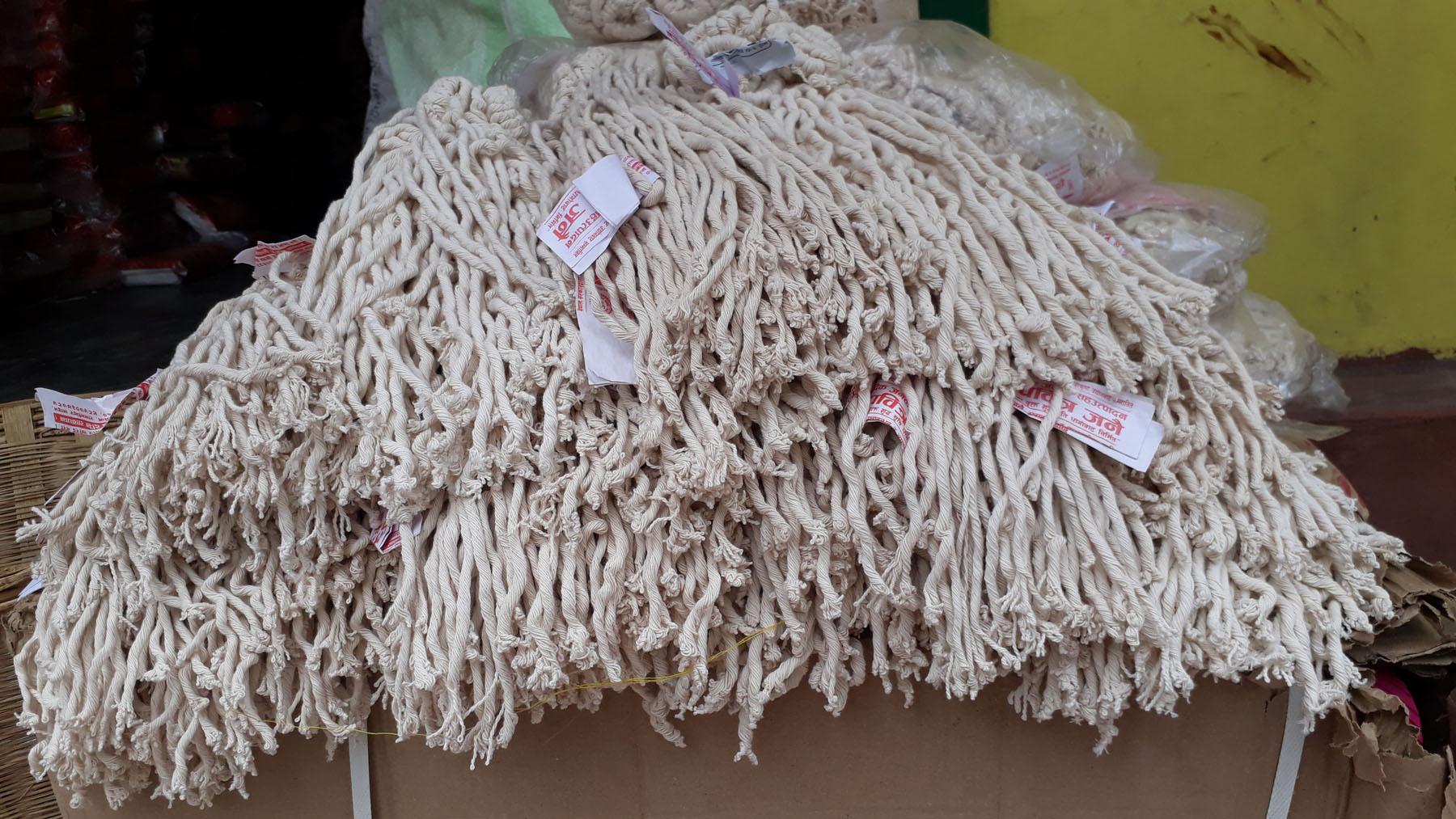 जनैपूर्णिमाका लागि दाङको घोराही बजारमा बिक्री गर्न राखिएका जनै तथा रक्षा बन्धनसम्बन्धी सामग्री । रञ्जिता अधिकारी/रासस