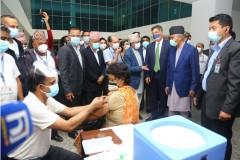 प्रधानमन्त्री शेरबहादुर देउवा बीर अस्पतालस्थित खेप केन्द्रको निरीक्षण गर्दै । आजैदेखि नेपालमा अमेरिकाले उपलव्ध गराएको खोप जोन्सन एण्ड जोन्सन लगाउन थालिएको छ। रासस